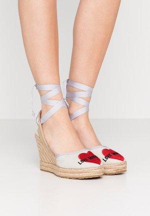 MOSCHINO Sandaler online för dam, herr & barn Zalando