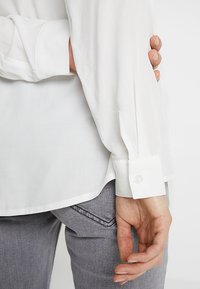 Zalando Essentials Maternity - Skjorte - off-white - 4