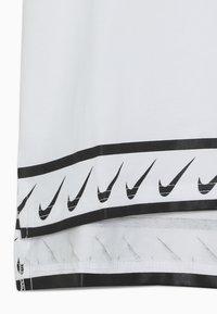Nike Performance - TEE STUDIO - T-shirt med print - white - 2